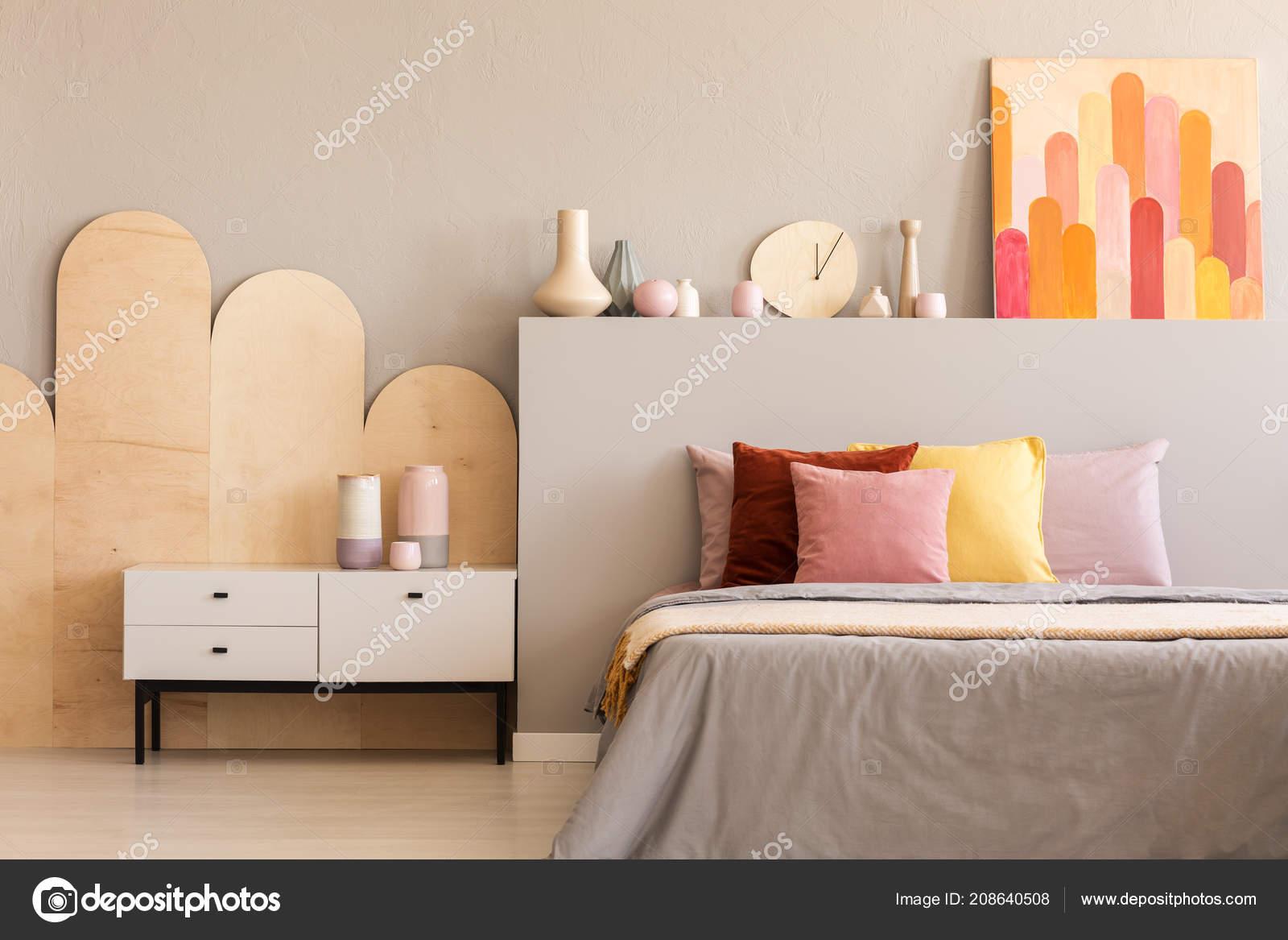 Pitture Per Interni Grigio : Pittura colorata grigio testata del letto con cuscini interno