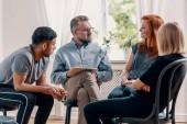 Poradce mluví jeho pacienti během léčby v kanceláři