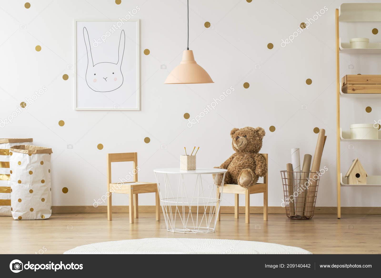 676b6674f18 Αρκουδάκι σε ξύλινη καρέκλα δίπλα σε πίνακα στο χρυσό παιδικό δωμάτιο  εσωτερικό με λάμπα και αφίσα. Πραγματική φωτογραφία — Εικόνα από ...