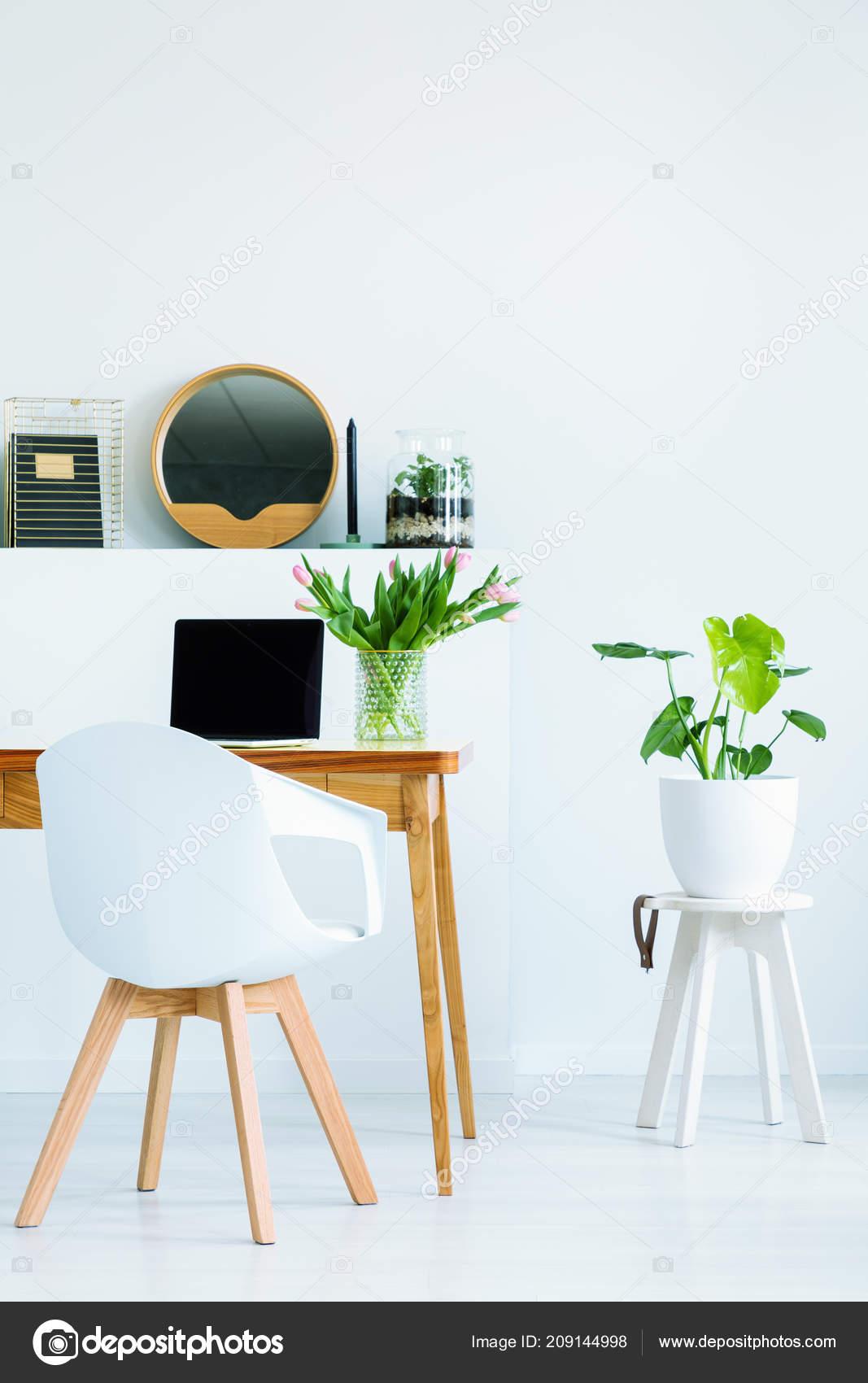 Debout Maquette Pour Blanc Portable Chaise Bureau Avec Ordinateur 8n0mwN