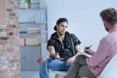 Rebel dospívající chlapec s behaviorální problémy a kriminální minulosti mluvit s psychoterapeutem v centru pro mladistvé.