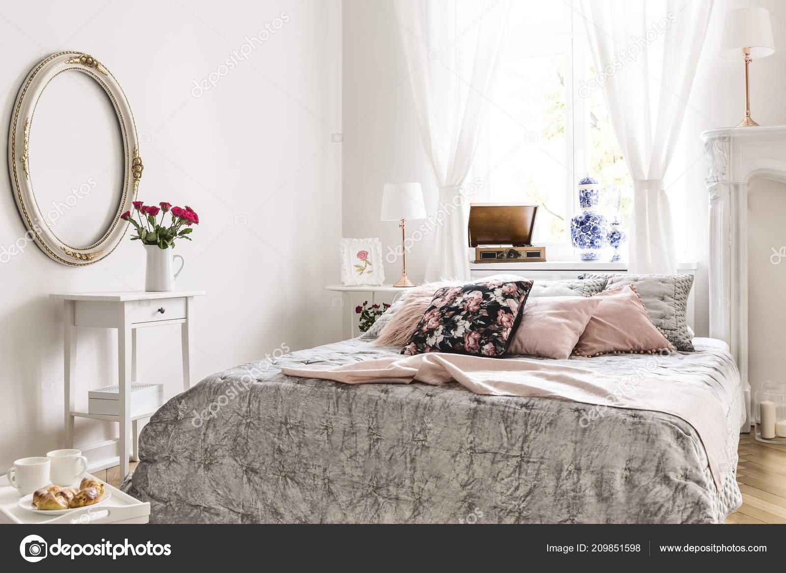 Miroir Dessus Blanc Armoire Avec Des Roses Intérieur Chambre ...