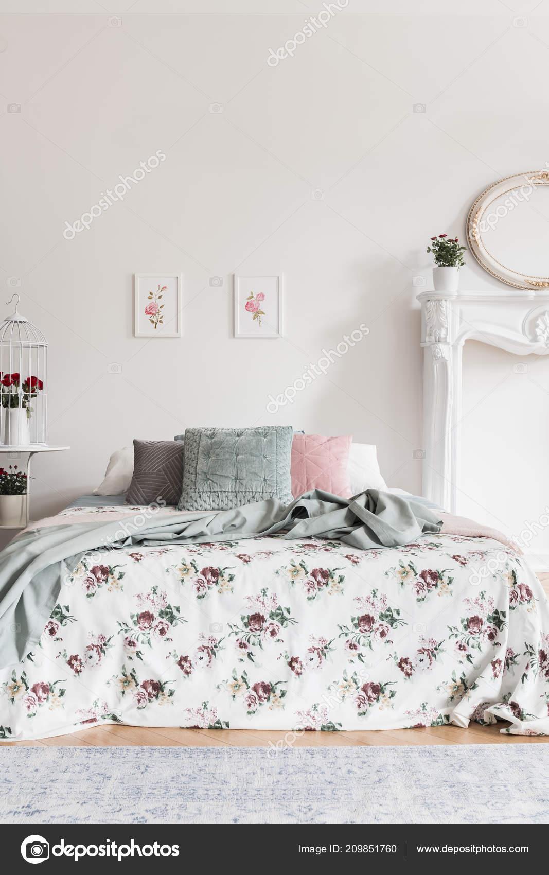 Zwei Einfache Rosa Plakate Aufhangen Der Wand Uber Dem Bett