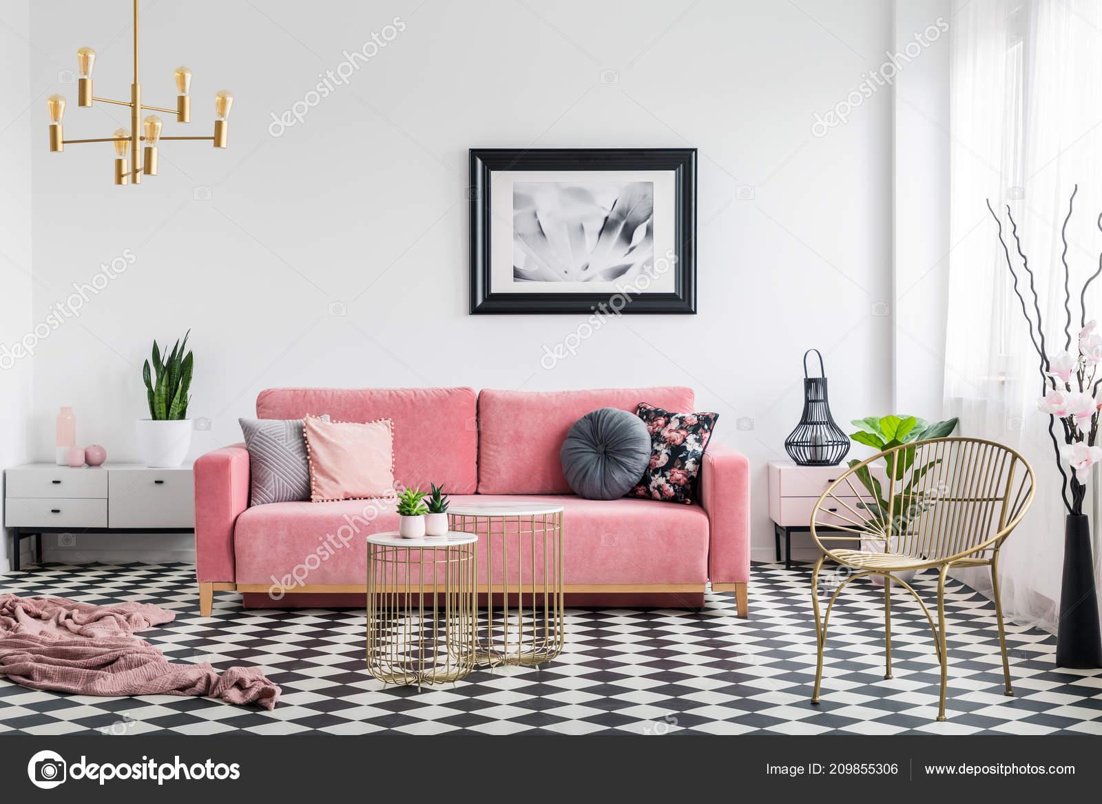 Divano Rosa Cipria : Foto reale interiore del salone glamour con divano rosa cipria