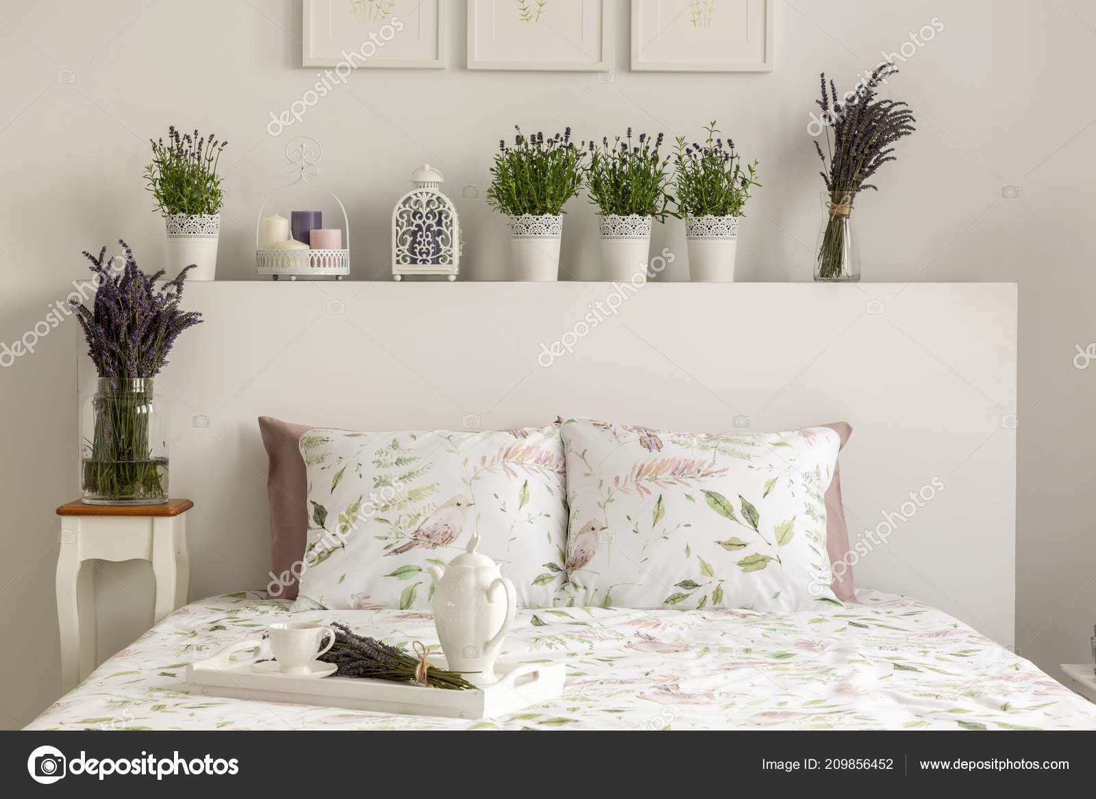 Lavendel Schlafzimmer Innenraum Mit Einem Bett Kissen ...