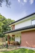 Reálné fotografie domu a terasa se zahradním nábytkem