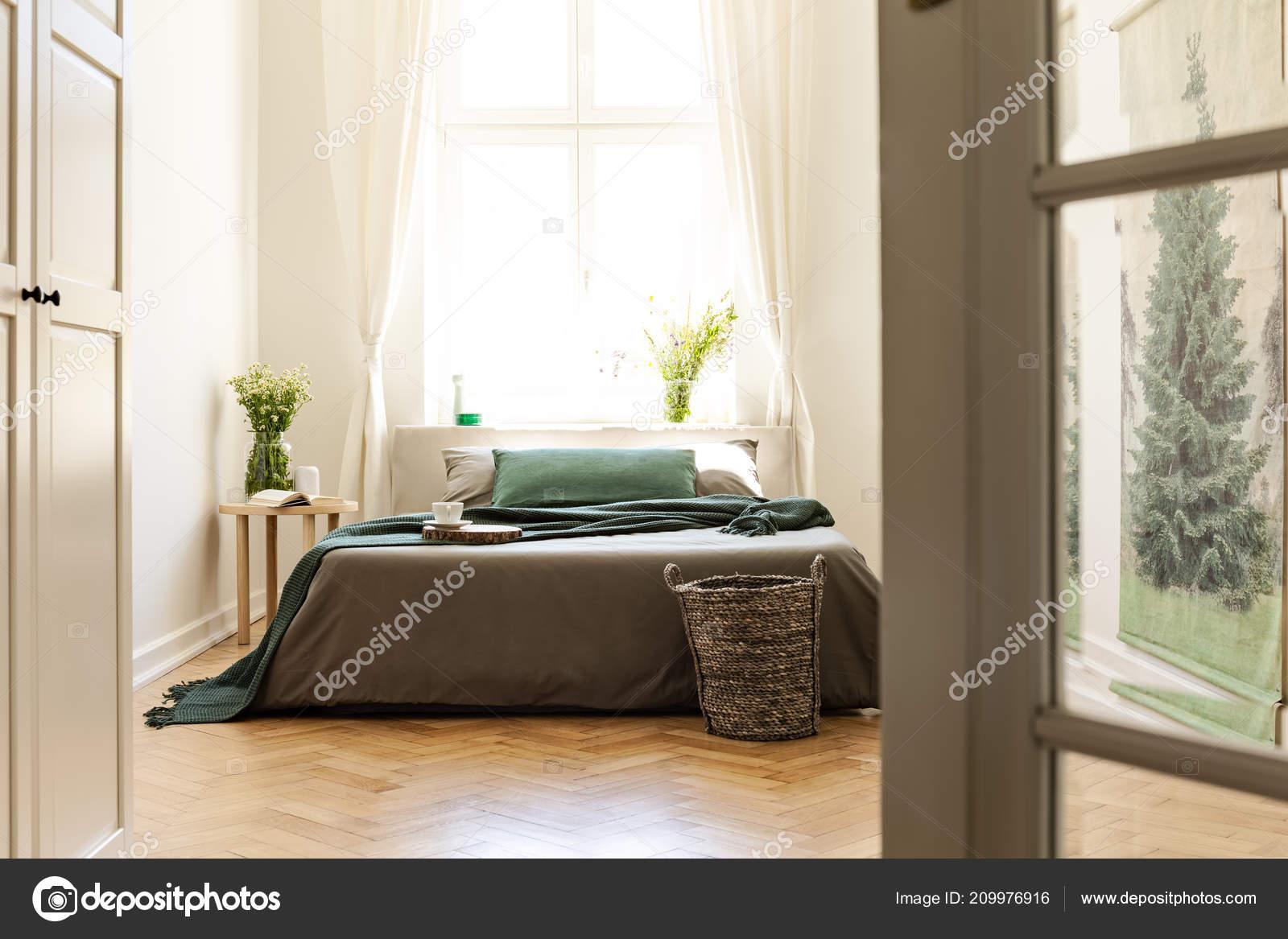 Couverture Verte Sur Lit Gris En Intérieur De Chambre Un Minimum Avec Des  Fleurs Et De La Fenêtre. Vraie Photou2013 Images De Stock Libres De Droits