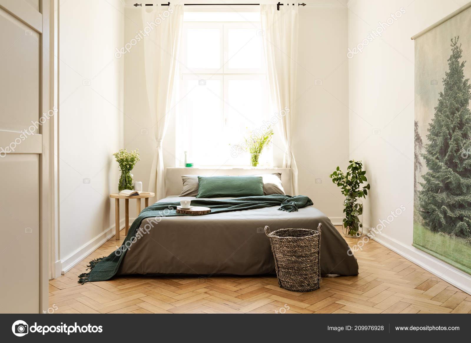 Grüne Decke Auf Bett Und Pflanzen Schlafzimmer Innenraum Mit ...