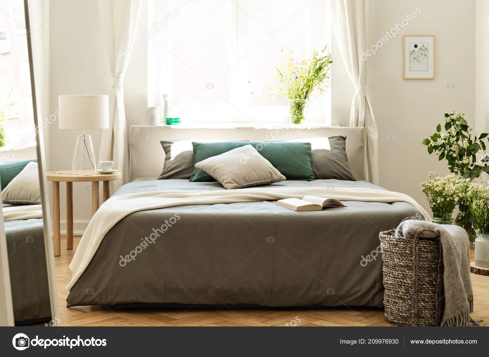 Decke Und Kissen Bett Schlafzimmer Innenraum Mit Spiegel ...
