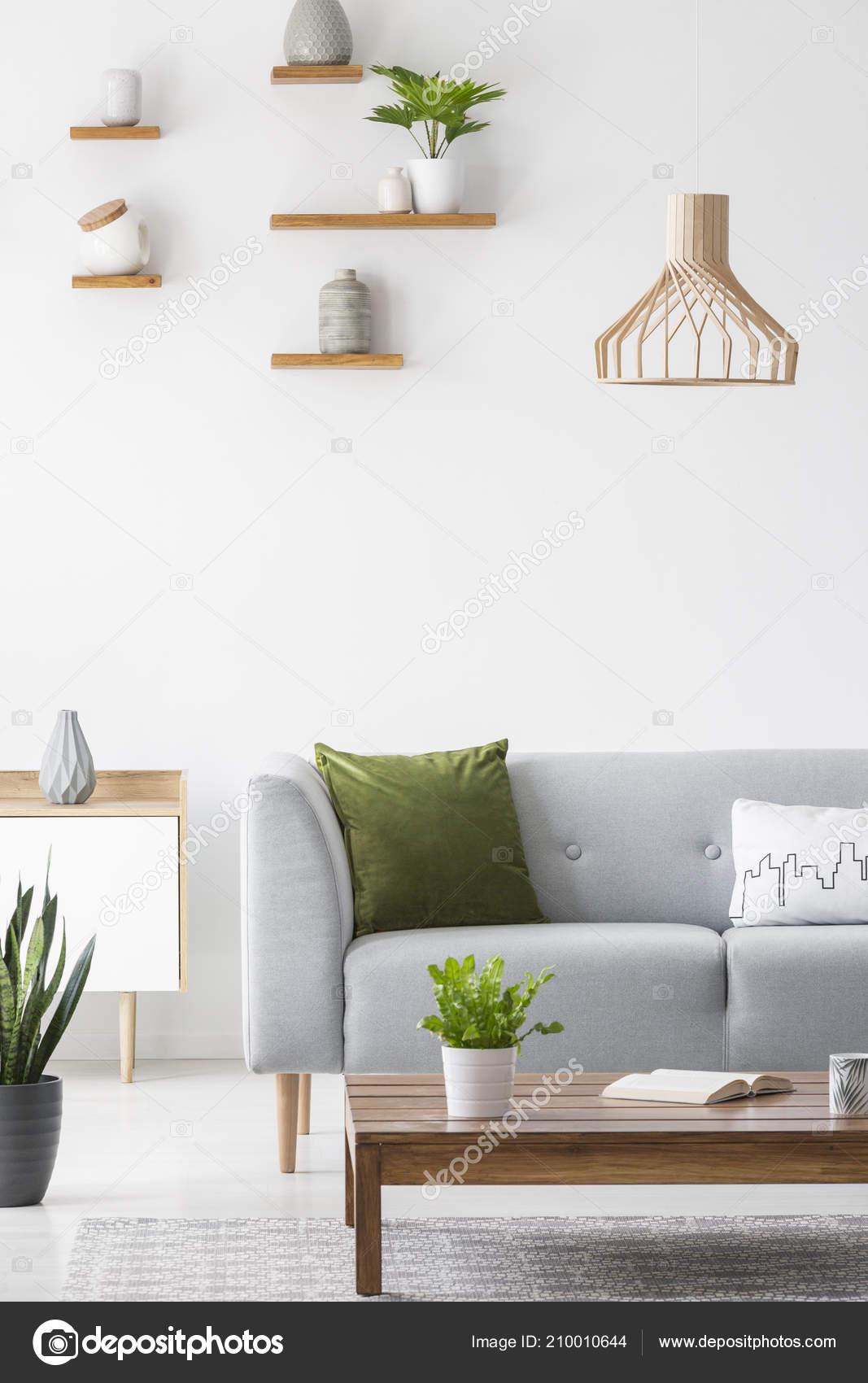 Houten Planken Muur Woonkamer.Eenvoudige Planken Met Vazen Een Witte Muur Houten