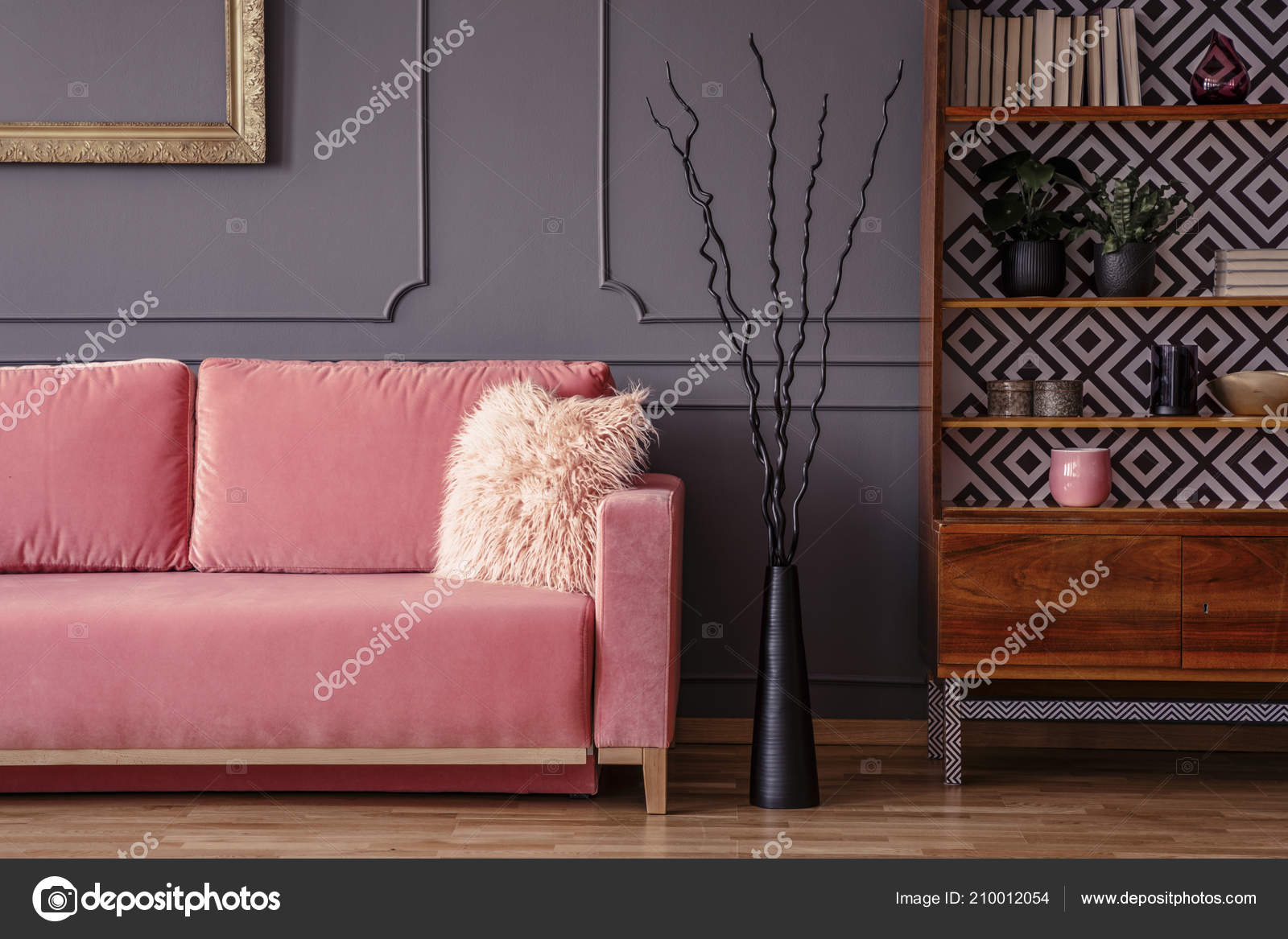 Roze Sofa Naast Zwarte Decoratie Houten Kast Woonkamer Vintage Interieur Stockfoto Rechtenvrije Foto Door C Photographee Eu 210012054