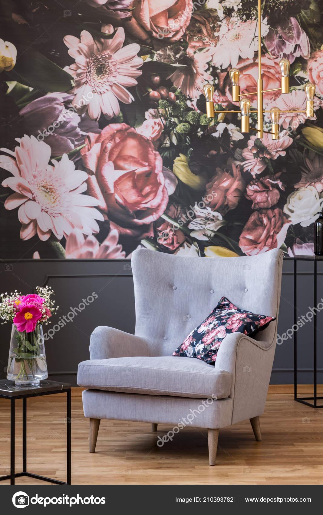 Graue Sessel Mit Kissen Stehen Echtes Foto Von Dunklen Wohnzimmer