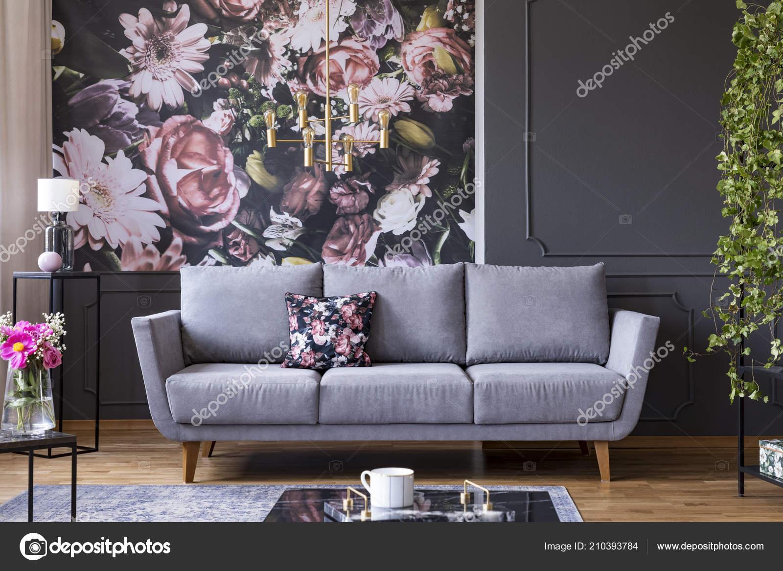 Grau Lounge Mit Gemusterten Kissen Echtes Foto Von Dunklen