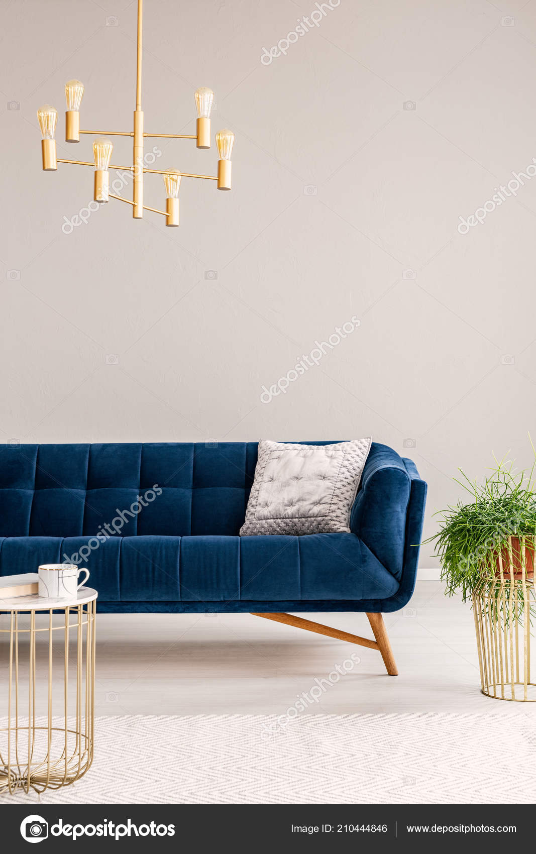 photo réelle lustre doré dans intérieur salon avec canapé coussin