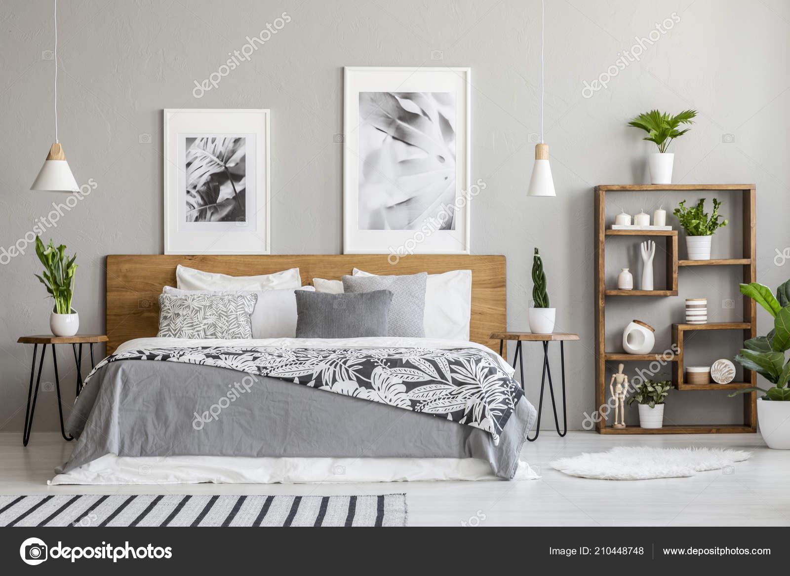 Gemusterte Decke Auf Hölzernen Bett Zwischen Tabellen Mit Pflanzen ...
