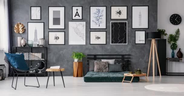 Video z interiéru prostorná ložnice s polštáři na zelené futon šedé zdi s proměnlivým křesla