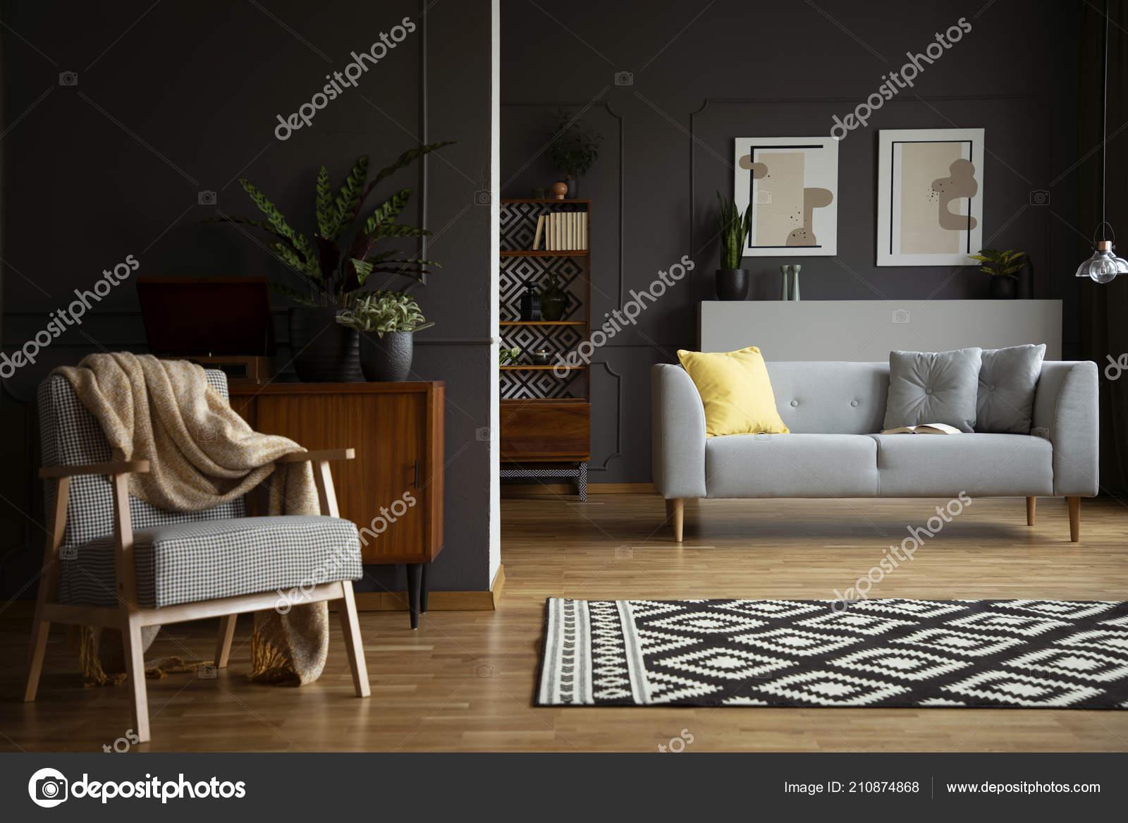 Decke Auf Sessel Neben Gemusterten Teppich Wohnzimmer ...