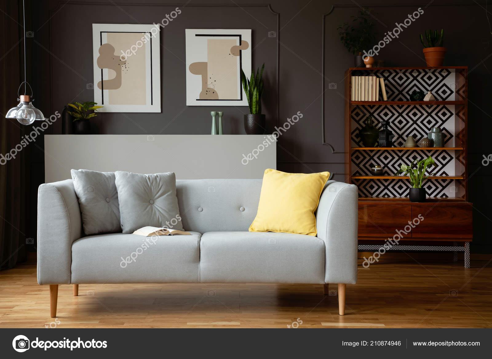 Gelbes Kissen Auf Graue Couch Vintage Wohnzimmer Interieur Mit Lampe