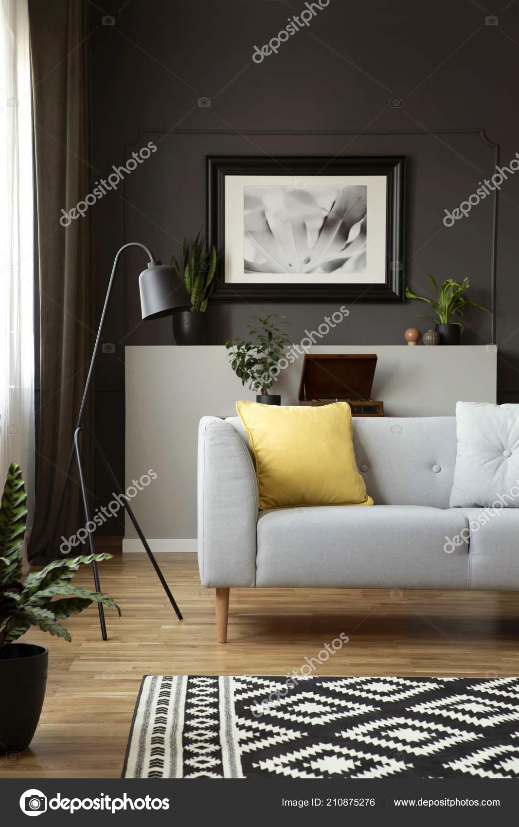 Gelbes Kissen Auf Grauen Sofa Neben Lampe Scandi Wohnzimmer