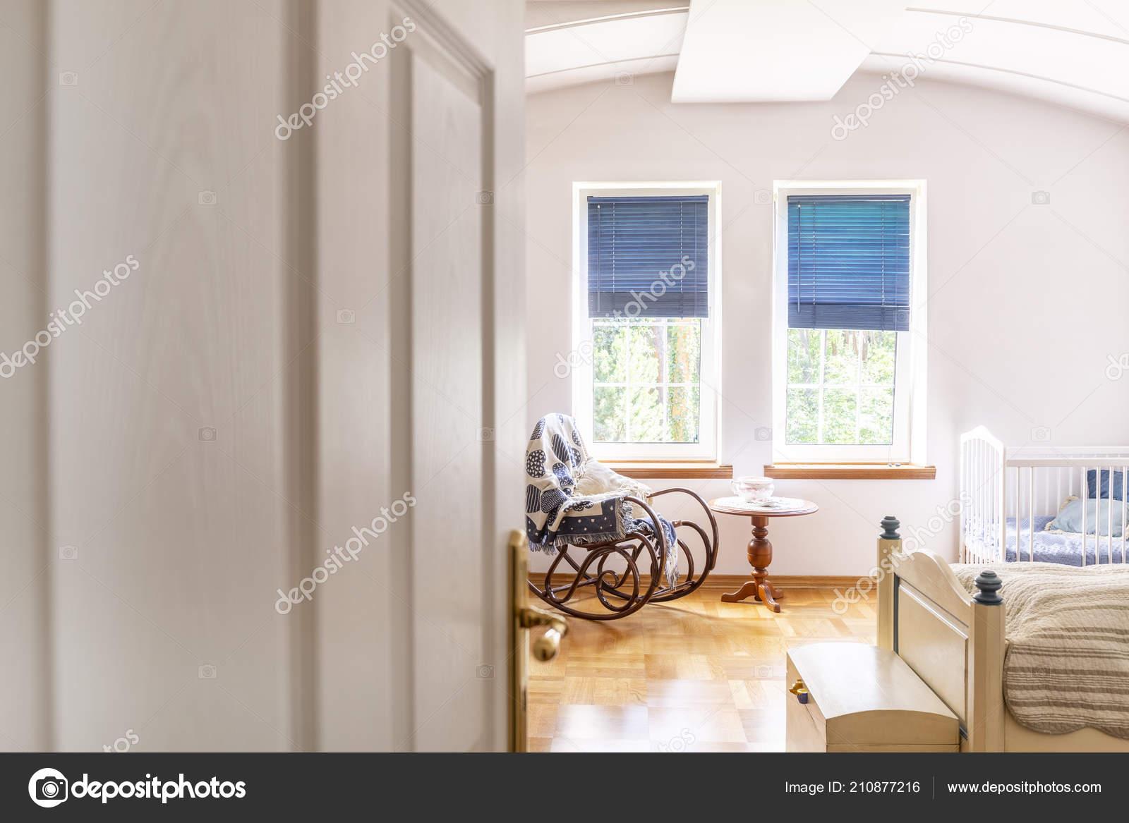 Schommelstoel Aan Plafond.Een Kijkje Door Middel Van Een Half Open Deur Een