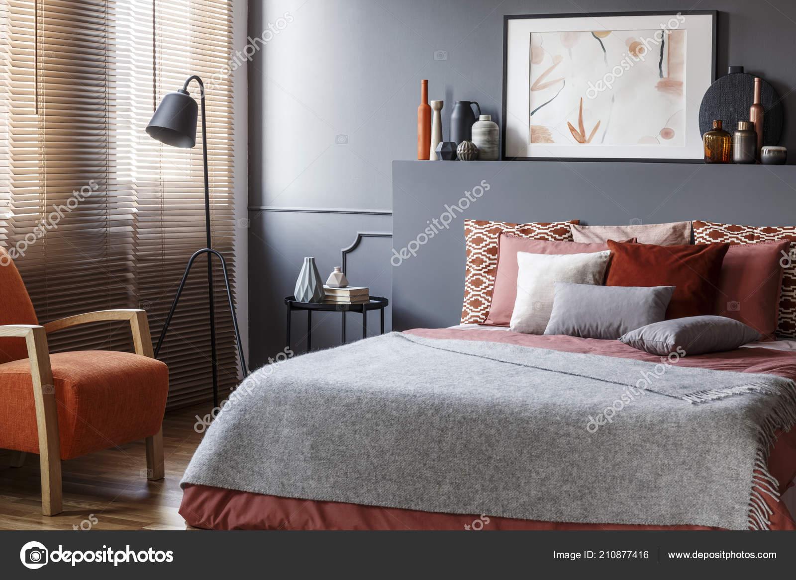 Couverture Grise Sur Lit En Intérieur Chambre à Coucher Confortable  Fauteuil Orange Et Affiche Sur La Tête De Litu2013 Images De Stock Libres De  Droits