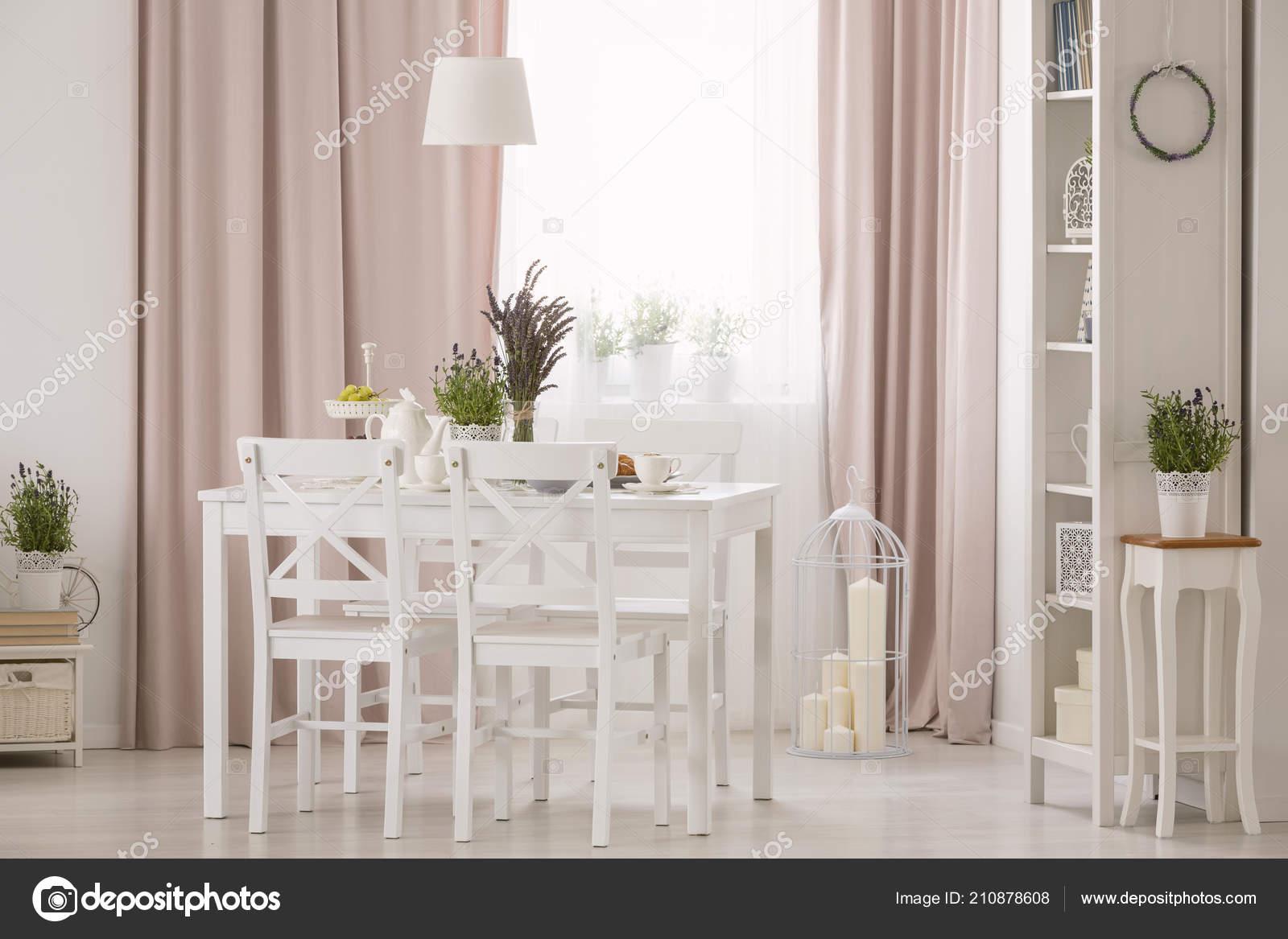 Lampe Dessus Des Chaises Table Blanc Interieur Rose Salle Manger