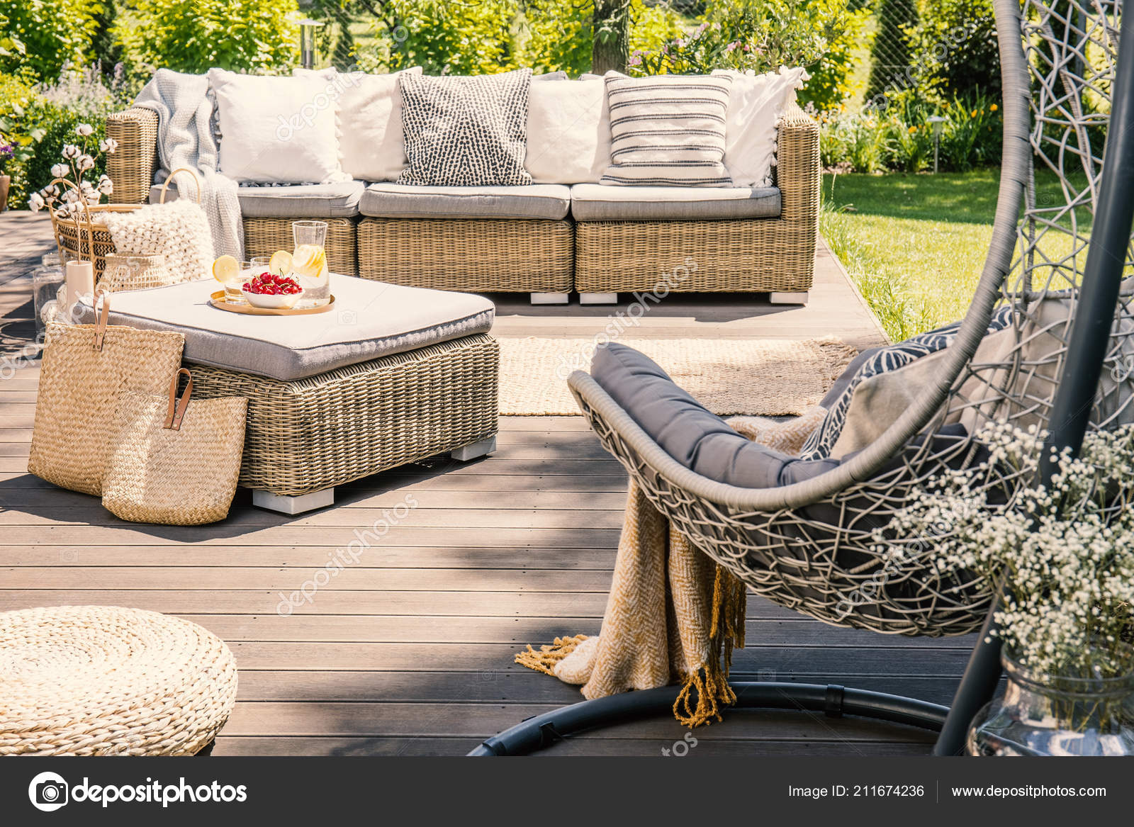 Kissen Auf Rattan Couch Der Nähe Von Tisch Auf Der Stockfoto
