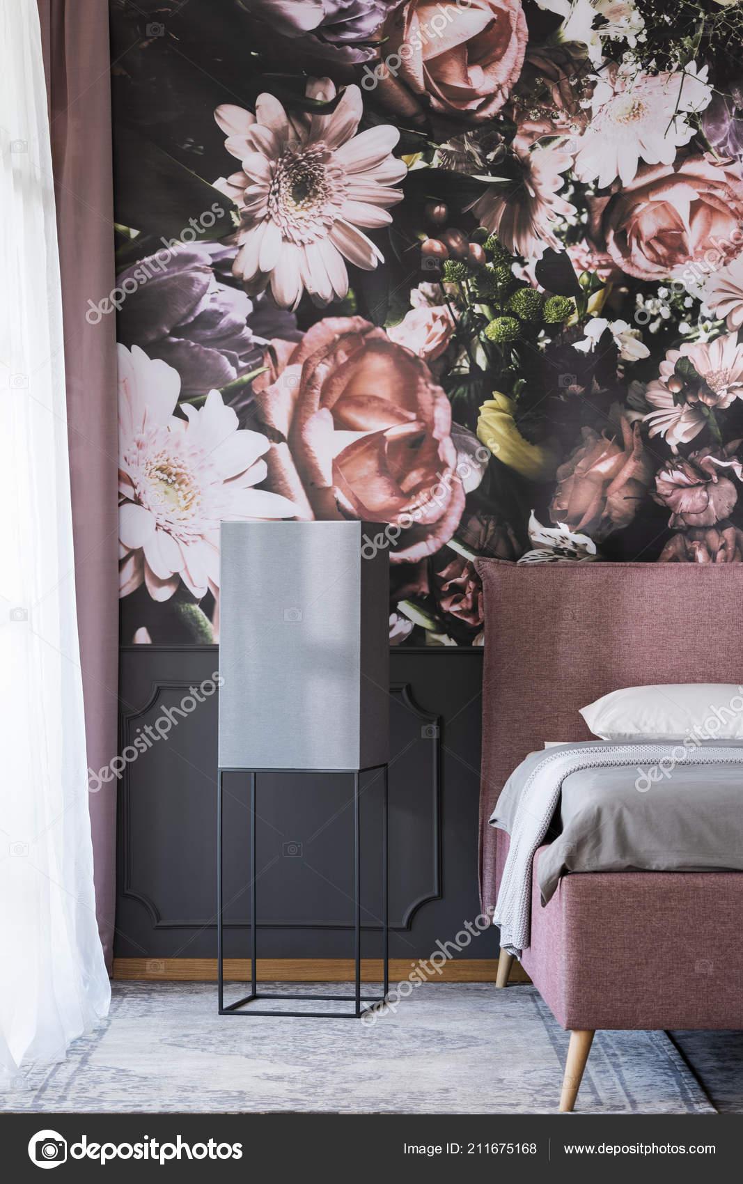 Tapety Kwiaty Sypialni Ciemne Wnętrze Czarny Stół Obok łóżka