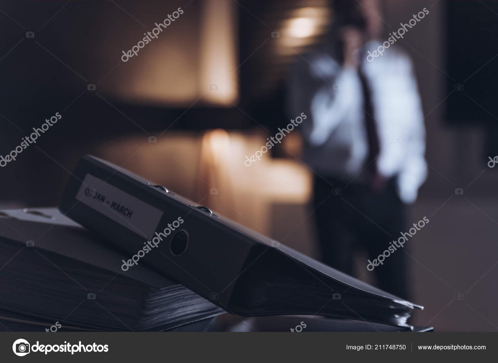 Gros plan liant dans bureau problèmes homme affaires surmené