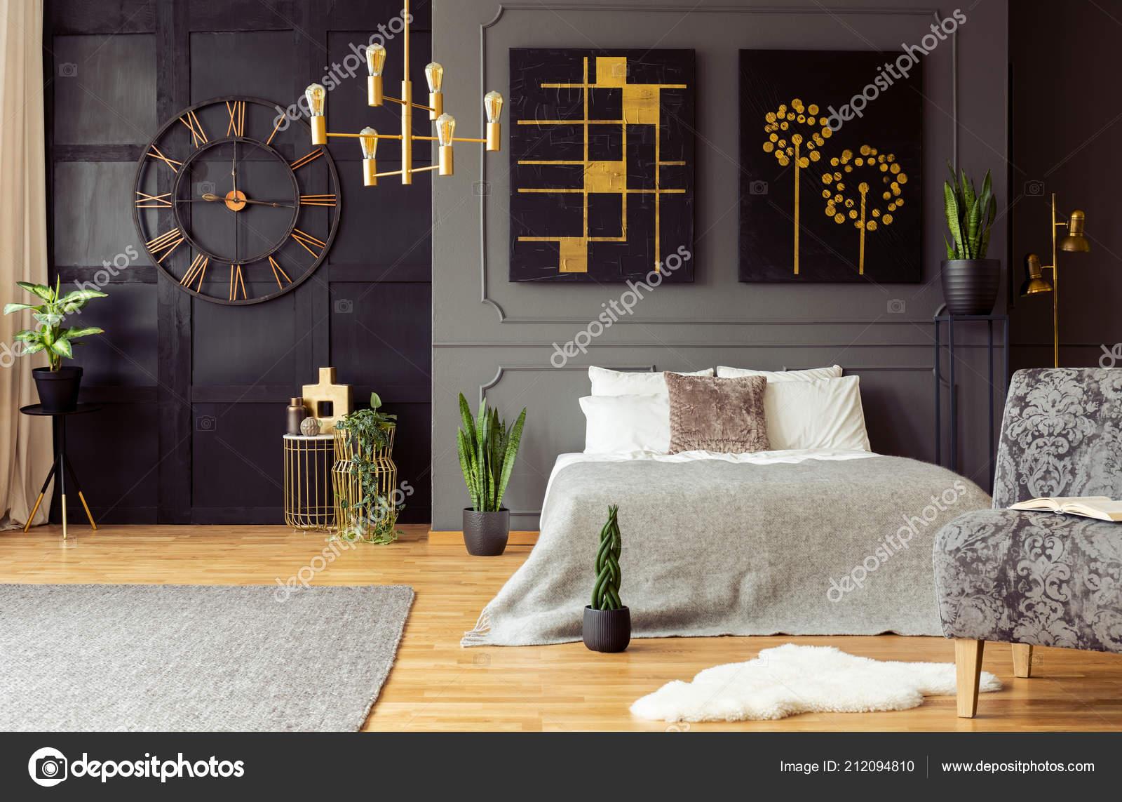Pianta Camera Da Letto Matrimoniale : Foto reale accenti dorati orologio quadri piante letto