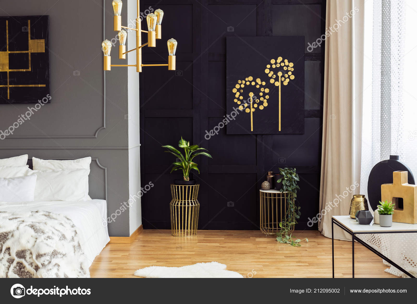 Zwart goud poster boven planten slaapkamer interieur met witte
