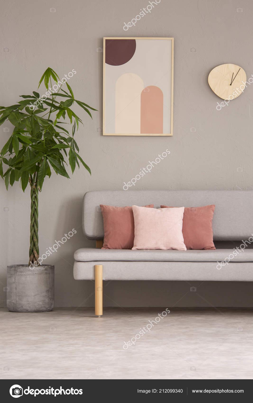 Affiche Horloge Dessus Canapé Dans Salon Gris Rose Intérieur ...