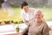 Fotografie Přátelské sestra podpora zakázána usměvavá starší muž v pečovatelském domě