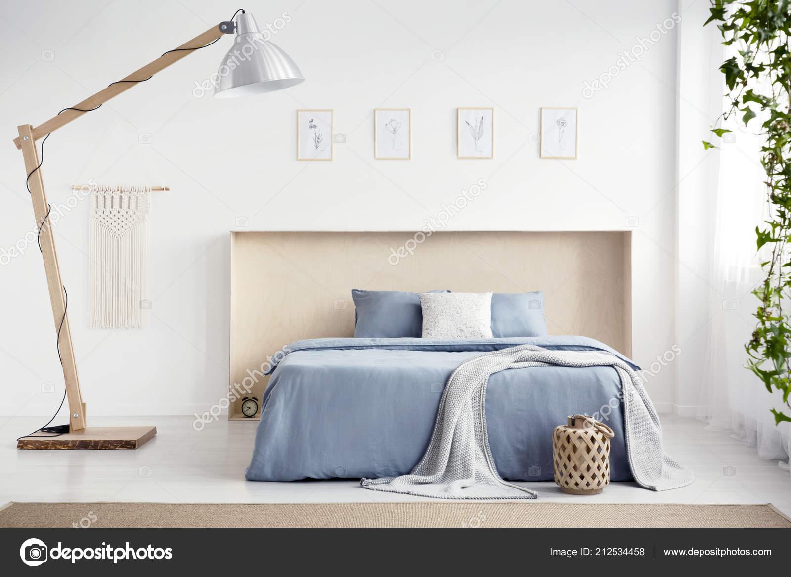 Hölzerne Lampe Neben Blauen Bett Mit Decke Innen Weiße ...