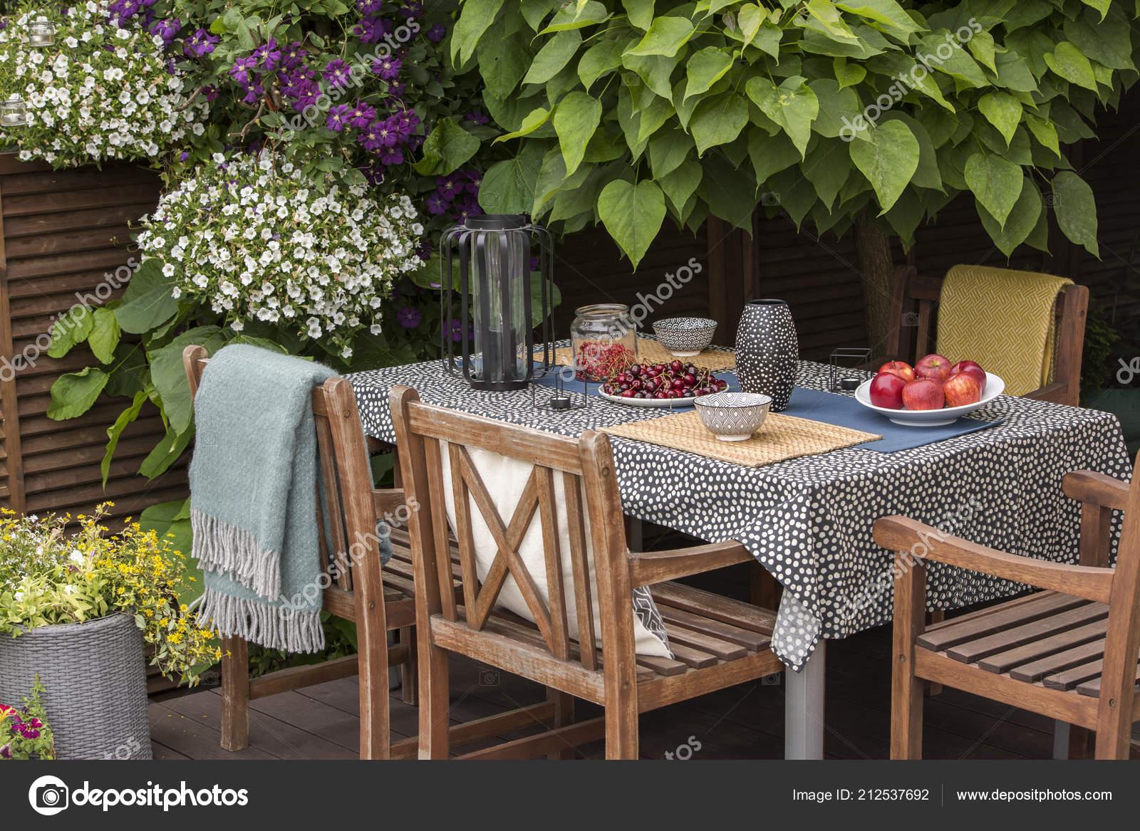Tuin En Terras Stoelen.Tuin Tafel Vol Met Fruit Houten Stoelen Een Terras Omringd
