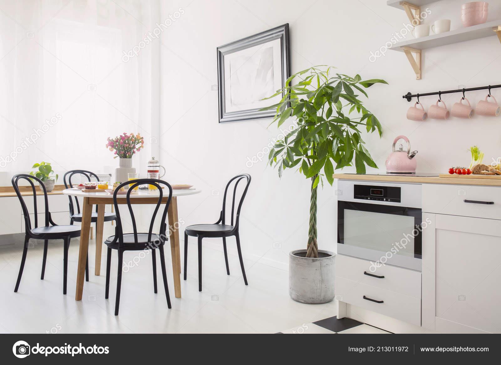 Witte Tafel Zwarte Stoelen.Zwarte Stoelen Aan Tafel Met Bloemen Witte Eetkamer Interieur Met