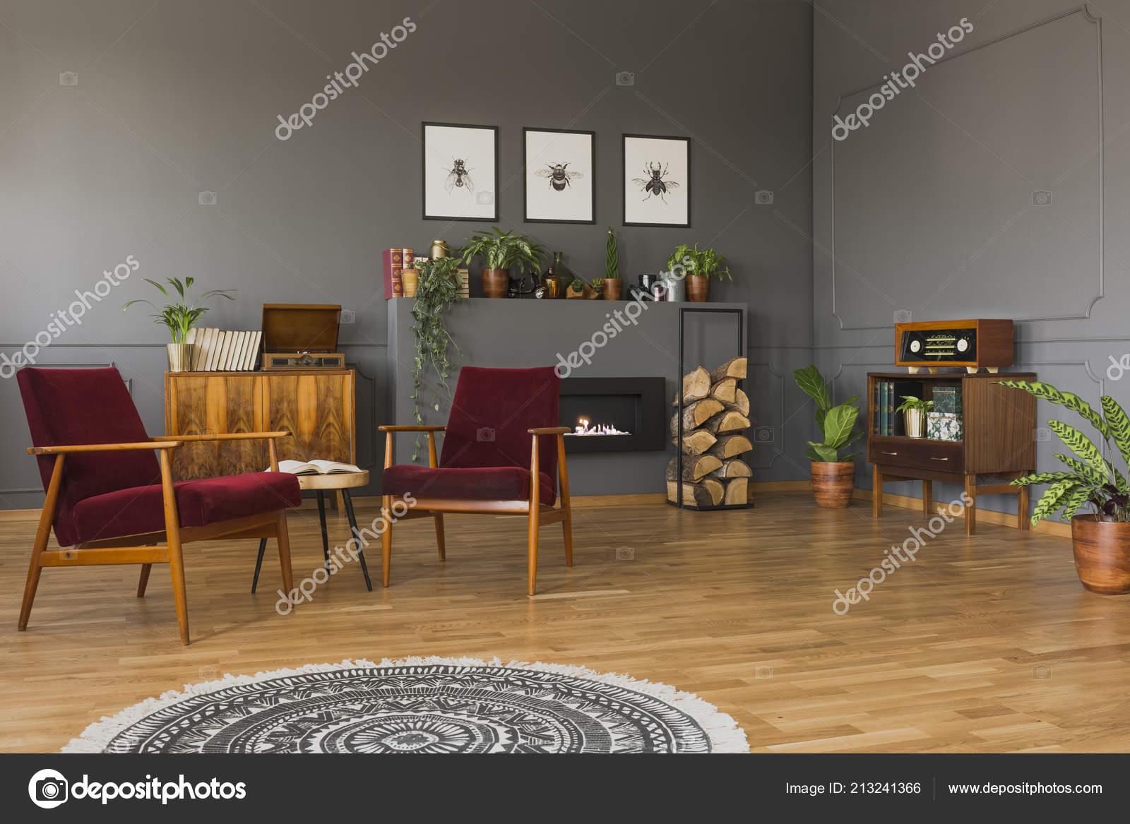 Runder Teppich Vor Roten Sesseln Grau Retro Wohnzimmer Interieur Mit ...