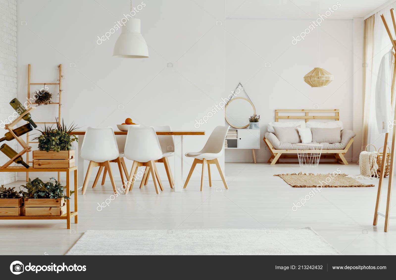 Witte Houten Bank Eettafel.Witte Stoelen Bij Eettafel Helder Appartement Interieur Met Planten