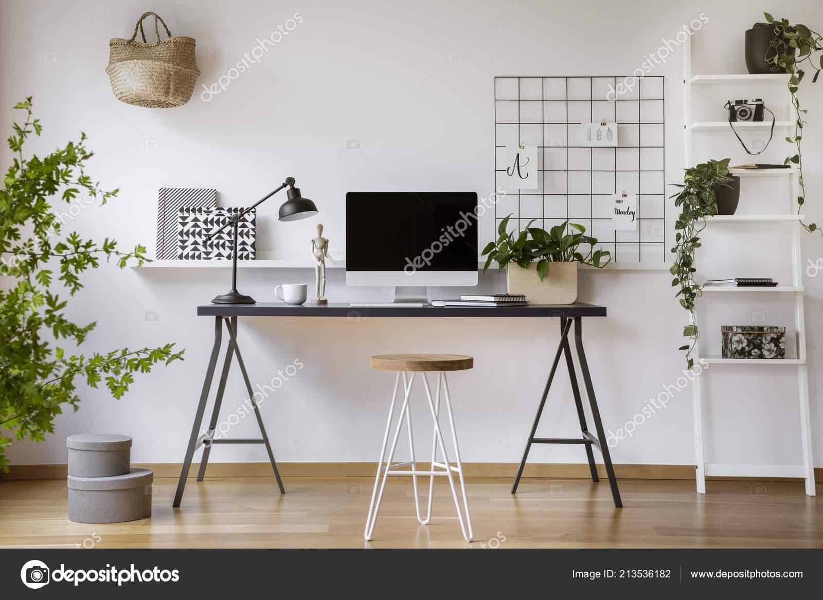 Piedi sgabello tornante scrivania legno con schermo del computer