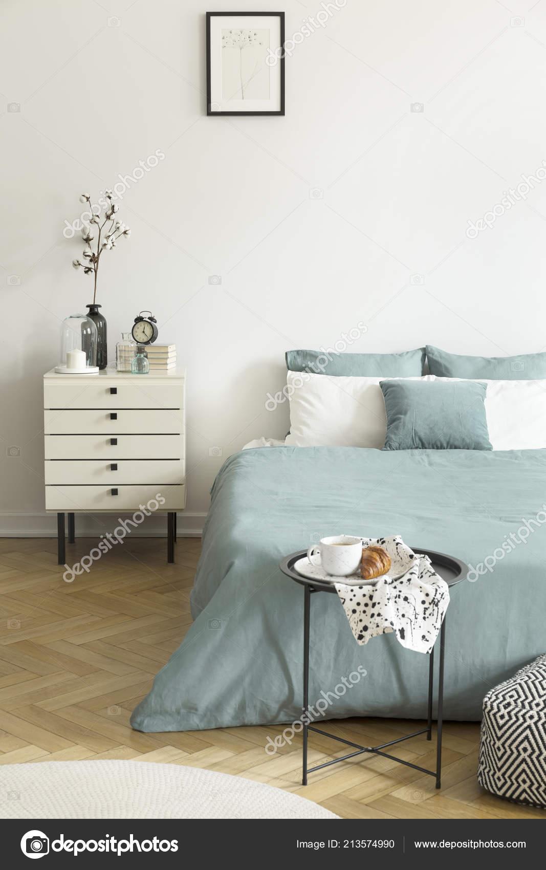 Foto reale interno camera letto una donna con pareti - Contenitori camera da letto ...