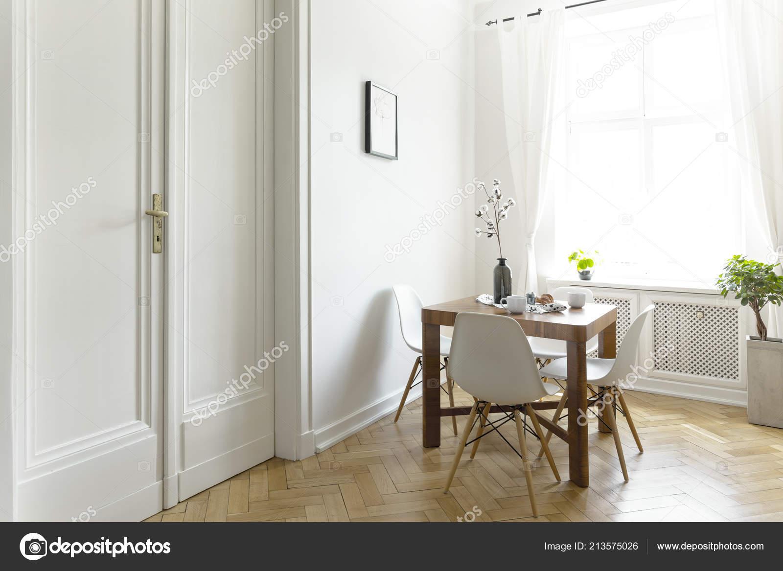 Eettafel Met Kuipstoelen.Een Kleine Houten Eettafel Met Stoelen Een Zonnige Kamer Interieur