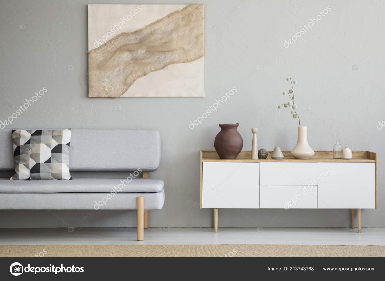 Graue Couch Mit Gemusterten Kissen Stehen Echtes Foto Von Hellen