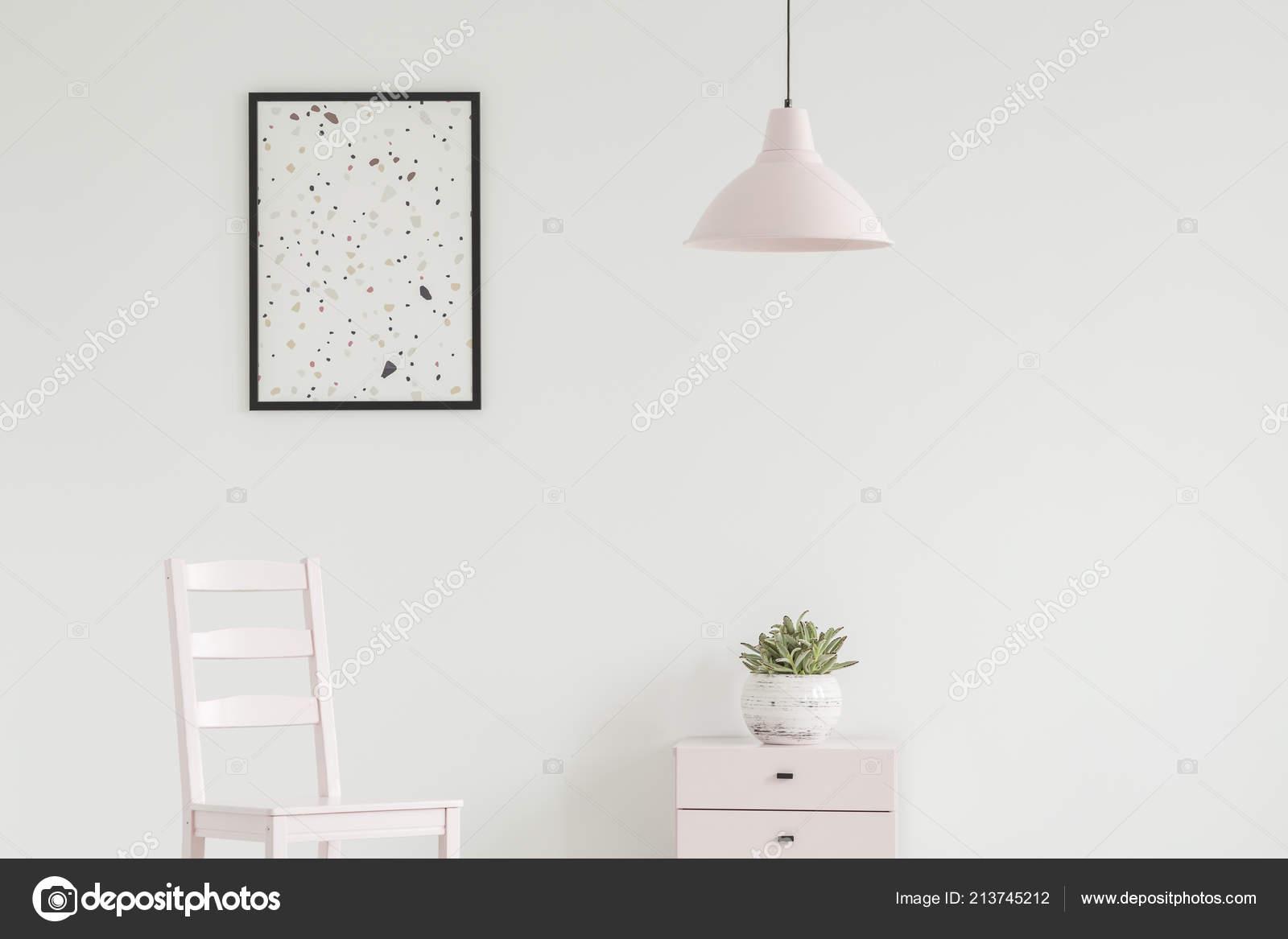 Weißer Stuhl Neben Schrank Mit Werk Einfachen Wohnzimmer Interieur