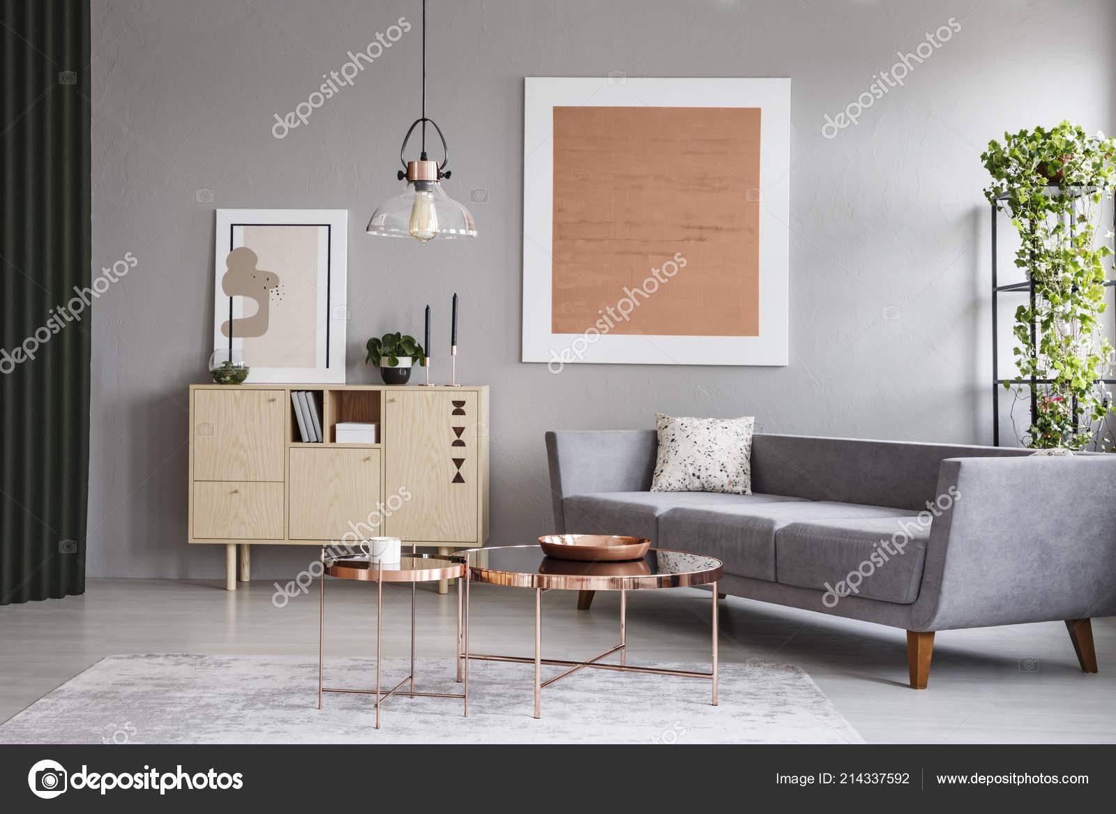 Moderne Couch Und Kupfer Tabellen Einem Grauen Wohnzimmer Interieur ...
