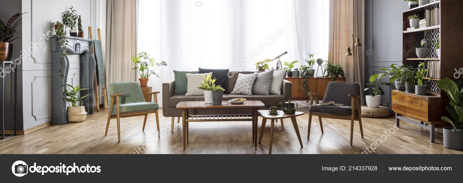 vintage stijl woonkamer interieur met ramen met gordijnen grijze mint stockfoto