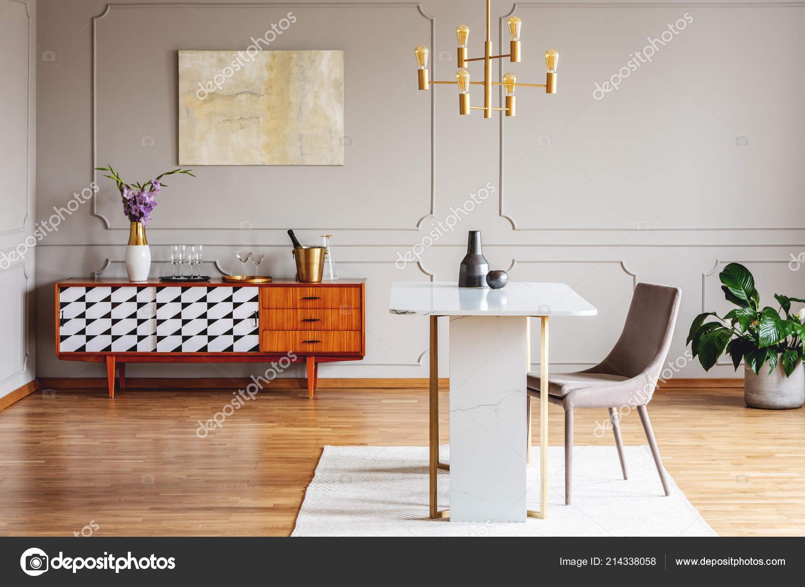 Blumen Auf Holzernen Schrank Innen Grau Loft Mit Stuhl Tisch
