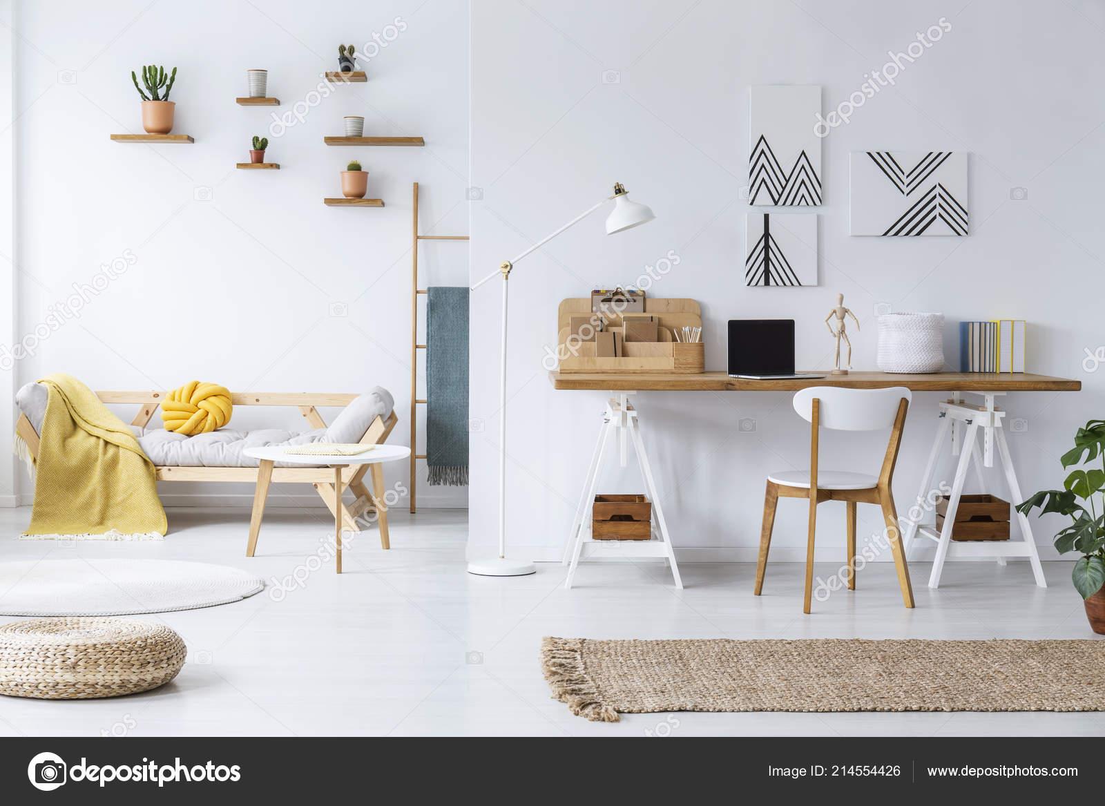 Chaise bureau bois pouf intérieur des espaces blancs avec affiches