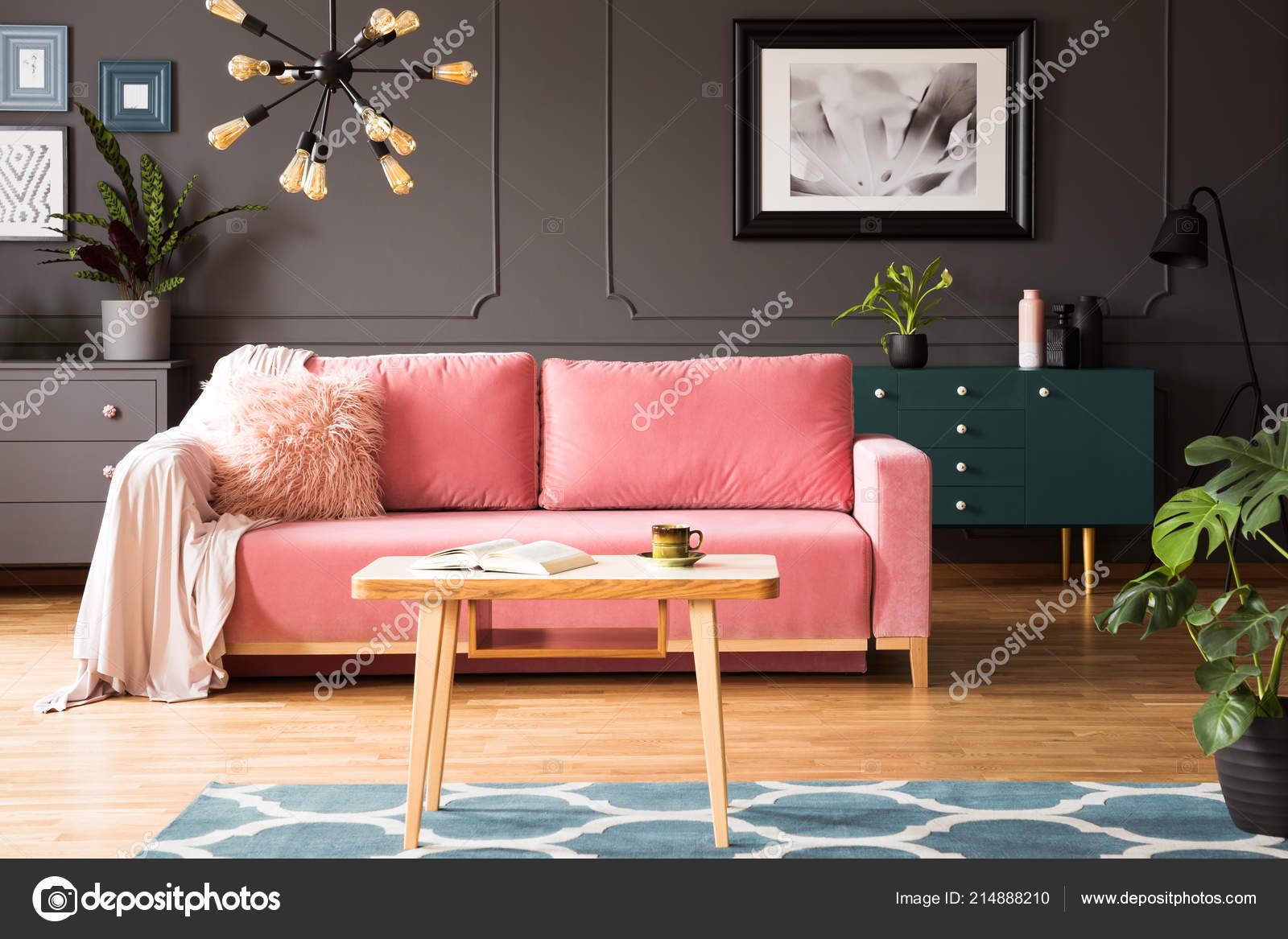 Tappeto Da Salotto Rosa : Poster sulla parete grigia all interno salotto con divano rosa