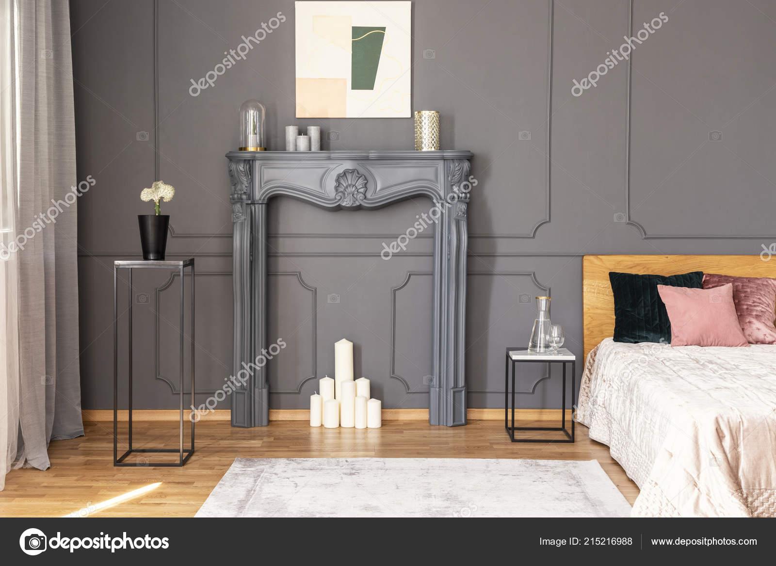 Elegante Schlafzimmer Innenraum Mit Einer Kerzen Set Ein Kamin ...