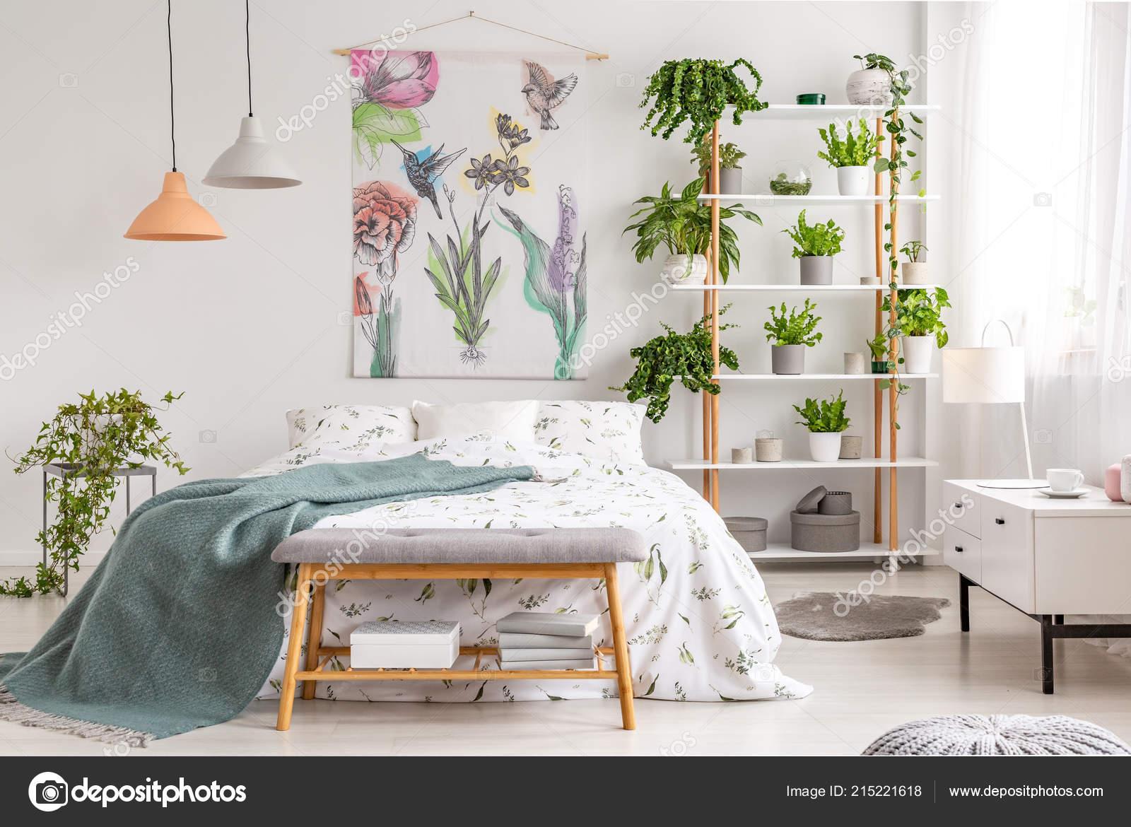 Dicht bij natuur lichte slaapkamer interieur met een bed bedekt